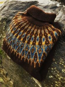 Jeg elsker fargene på denne! Den er strikket av Terese Aasbø.