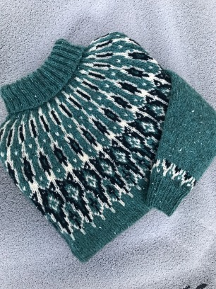 Tusseladdgenser i Tinde (farger lys turkis, marineblå og Sol lammeullgarn ubleket hvit! Strikket av Sangita Sunder.