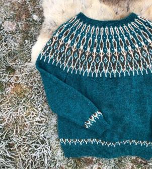 Denne er også strikket i Tinde. Farger Turkis og lys brun. Denne skal bli en kofte (Når jeg får hevet meg rundt og gjort det)